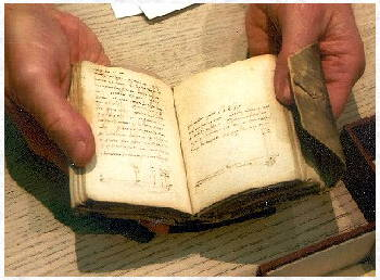 davinci-notebook-in-hands