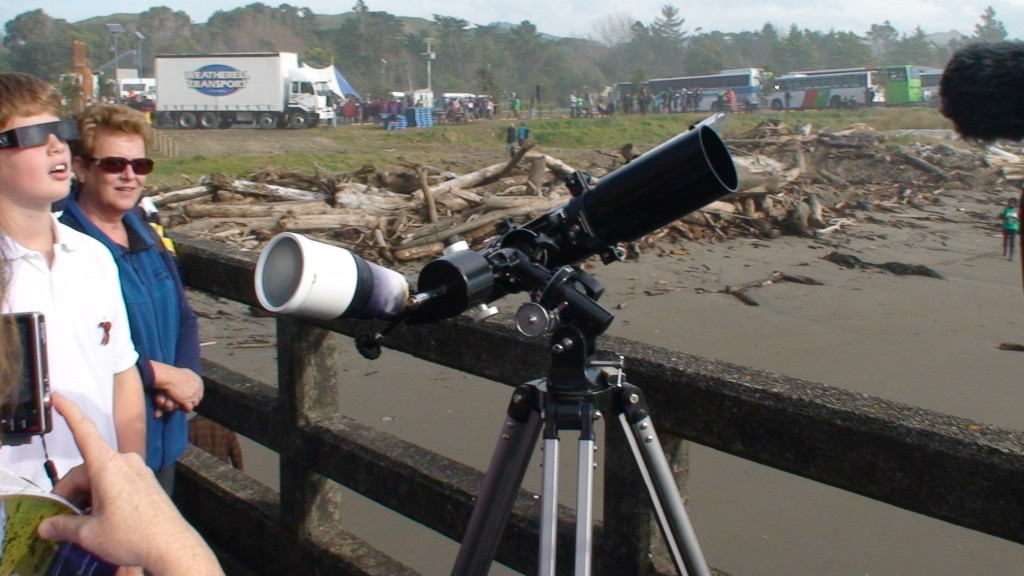 Amateur astronomers set up at Tolaga Bay
