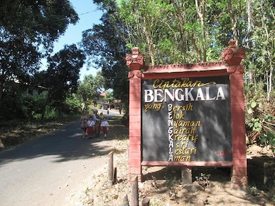 "Photo of present-day Bengkala sign. Source: http://deafphilippines.wordpress.com/2013/10/18/what-desa-bengkala-taught-me-about-language-access-and-interpreting/ ""What Desa Bengkala Taught Me about Language, Access, and Interpreting"" by Vanessa Urbantke. Used with permission."