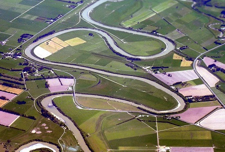 Meander bends of the Manawatu River at Highway 56. [Credit: image by Phillip Capper, licensed under Creative Commons Attribution 2.0 Generic license).