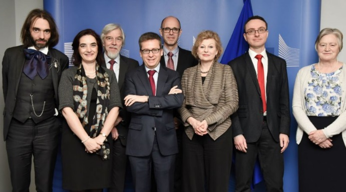 The SAM group poses with European research commissioner Carlos Moedas. From left to right: Cédric Villani, Elvira Fortunato, Rolf-Dieter Heuer, European research commissioner Carlos Moedas, Henrik Wegener, Pearl Dykstra, Janusz Bujnicki, and Julia Slingo.