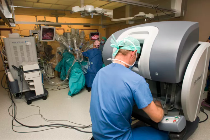 Image: Young doctors struggle to learn robotic surgery – so they are practicing in the shadows